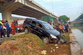 Minibus terjun ke Kalimalang, petugas cari satu korban hanyut