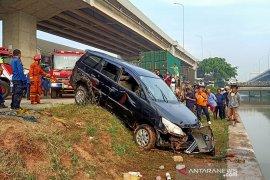 Minibus terjun ke Sungai Kalimalang, petugas cari korban hilang