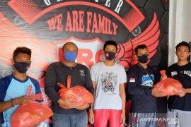"Komunitas motor ""Bold Riders Bali"" berbagi sembako kepada korban PHK"