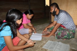TNI memyempatkan diri temani anak belajar