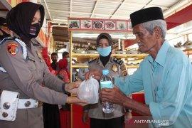 Polres Lhokseumawe bagikan makanan dan masker gratis kepada warga