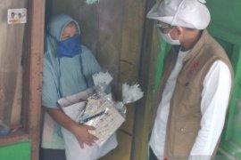 Sandiaga bagikan paket bansos ke guru honorer dan pengurus masjid di Depok