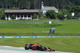 Pebalap Red Bull  Verstappen puncaki FP2 Grand Prix Styria, Ricciardo kecelakaan