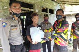 Polres Bangka Barat salurkan bantuan ke warga di pelosok