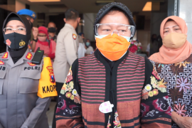 Risma beri perhatian empat anak korban pedofil di Surabaya