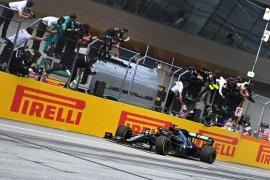 Pebalap Mercedes Lewis Hamilton juarai GP Styria setelah drama tabrakan dua Ferrari