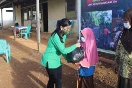 Dansatgas TMMD bagikan bantuan ke warga terdampak COVID-19