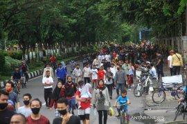 Warga Tetap Berolahraga Kawasan Jalan Jenderal Sudirman