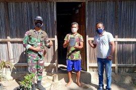 Tingkatkan keimanan di tengah pandemi wabah Covid-19 Satgas Pamtas Yonif R 142/KJ berikan bantuan AlKitab