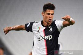 Ronaldo ukir sejarah baru di tiga liga saat Messi masih betah di Liga Spanyol