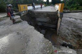 Jembatan rusak di Desa Watubula akibat banjir Page 1 Small