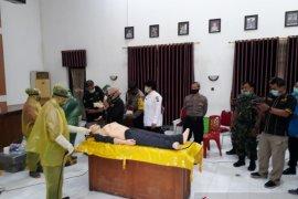 Aparat dan relawan di Kediri dilatih pemulasaran jenazah COVID-19