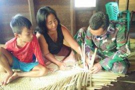 Prada Gilang belajar membuat tikar dari daun pandan