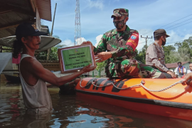 Korem 121/Abw dan Persit salurkan bantuan warga terdampak banjir