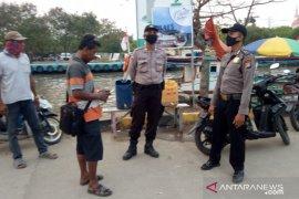 Polisi sosialisasikan adaptasi kebiasaan baru di Pantai Gope