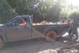 Warga bersama Satgas TMMD 108 bantu dorong mobil amblas