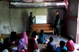 Anak-anak Desa Danti bersemangat diajari anggota TMMD