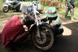 Satgas TMMD, bantu warga memperbaiki sepeda motor