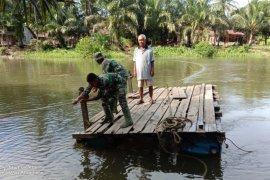 Gunakan rakit,Anggota TMMD bantu warga seberangi sungai