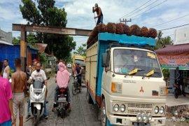 Warga Desa Lalang Langkat minta tertibkan truk angkutan sawit melintasi portal