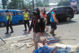 """Warung di sekitar """"rest area"""" Puncak Bogor dibongkar Satpol PP"""