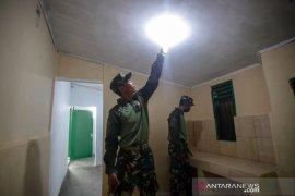 Personel TNI Yon Armed 10 Bradjamusti Kostrad cek rumah bantuan bedah rumah di Sukaraja