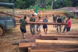 TNI - warga perbatasan gotong royong di lokasi TMMD Kodim Putussibau