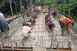 Anggota TMMD lanjutkan rangkai besi cor lantai jembatan