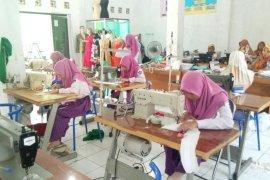 Bantu penanganan COVID - 19 SMK Negeri 1 Tanjung sediakan   masker dan APD