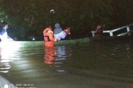 TRC Pramuka dan Pol PP evakuasi bayi dari banjir di Putussibau