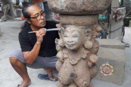 "Studio ""Putra Art"" Sukawati-Gianyar pajang patung-patung klasik"