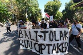 """Ratusan aktivis """"Bali Tidak Diam"""" tolak Omnibus Law ke DPRD Bali"""