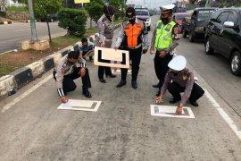 Polda Banten buatkan marka jaga jarak pengendara roda dua