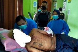 Seorang pria diamuk warga sampai tangan kirinya nyaris putus lantaran mencuri celana dalam mantan istrinya