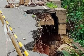 DPRD Kalsel harapkan segera penanganan jalan longsor