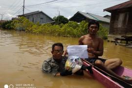 Istri mantan Kapolres Kapuas Hulu bantu korban banjir di Teluk Barak