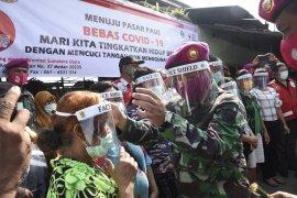 Yonmarhanlan I - PMI Sumut bagikan face shield dan sembako di Belawan