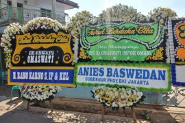Anies Baswedan kirim karangan bunga duka cita untuk Omas