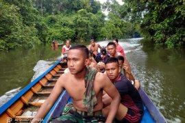 Anggota TMMD bantu warga cari sampan tenggelam