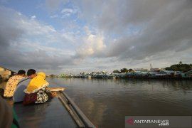 Wisata Susur Sungai Kampung Biru di Banjarmasin