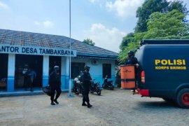 Tim Gegana Polda Banten amankan granat yang ditemukan di irigasi