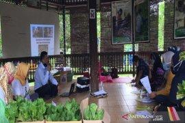 Indocement melatih warga binaanya bertani sistem hidroponik