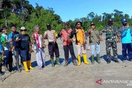 Hijaukan pesisir Mentok, Polres Bangka Barat tanam bibit jambu mete