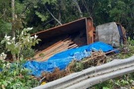 Satu truk pembawa kayu jatuh ke jurang di puncak Geurute