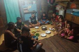 Prajurit TNI makan malam di rumah warga