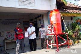PMI distribusikan ratusan unit fasilitas cuci tangan ke pasar dan faskes