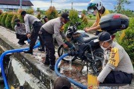 Anggota Polsek Nagan Raya memodifikasi motor dinas jadi alat damkar