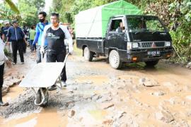 Forkompinda Kayong Utara gotong royong perbaiki jalan provinsi