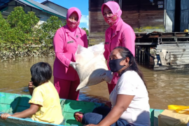 Kapolres Kapuas Hulu bantu korban banjir di Putussibau Selatan