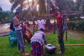 Dengan alat tradisional, Satgas TMMD bantu warga tumbuk beras
